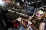 Panitia Pemilihan Kecamatan (PPK) Kartasura menggelar sosialisasi Pemilihan Gubernur (Pilgub) Jawa Tengah dengan cara membagikan selebaran menggunakan kostum wayang Gatotkaca dan Punakawan di Pasar Kartasura, Sabtu (16/3/2013). Pilgub Jateng yang pemungutan suaranya digelar 26 Mei itu diikuti tiga pasangan Cagub-Cawagub. (JIBI/SOLOPOS/Agoes Rudianto)