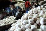 Tumpukan bawang putih terlihat di sebuah kios pasar di bandung, Jawa Barat. Komisi Pengawas Persaingan Usaha (KPPU) kembali memanggil importir bawang dalam rangka penyelidikan dugaan adanya kartel impor bawang yang membuat harga bawang putih melambung tinggi. (JIBI/Bisnis Indonesia/Rachman)