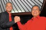 Bakal calon gubernur dan wakil gubernur Jateng dalam Pemilihan Kepala Daerah Provinsi Jawa Tengah 2013, Ganjar Pranowo (kiri) dan Heru Sudjatmoko (kanan) saling berjabat tangan saat akan mendaftar di KPUD Jateng sebagai calon gubernur Jateng. dokJIBI/SOLOPOS/Antara