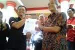 Cagub dari PDIP, Ganjar Pranowo (kanan), menunjukkan deklarasi kontrak politik yang baru ditandatangani bersama perwakilan APTI, Minggu (17/3/2013). JIBI/SOLOPOS/Asiska Riviyastuti