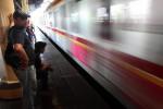 Kereta api melintas di Stasiun Cikini, Jakarta. PT KAI memberlakukan pola baru perjalanan KA yang mempercepat waktu tempu kereta jarak jauh. (JIBI/Bisnis Indonesia/Rahmatullah)