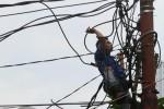 Petugas sedang melakukan perawatan jaringan listrik di Jakarta belum lama ini. Kementerian Energi dan Sumber Daya Mineral (ESDM) tetap akan menaikkan tarif tenaga listrik (TTL) rata-rata sebesar 15% sepanjang tahun ini, meskipun sempat mengakibatkan penurunan konsumsi listrik pada Januari 2013. (JIBI/Bisnis Indonesia/Nurul Hidayat)