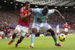 Bek Manchester City, Micah Richards (kanan), saat berebut bola dengan winger Manchester United, Nani. dokJIBI/SOLOPOS/Reuters