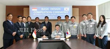 Para pejabat DSME dan perwakilan Indonesia saat upacara penyelesaian gambar desain dasar kapal selam TNI AL belum lama ini. (dsme.co.kr)