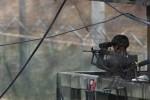 Seorang tentara Korea Selatan mengamati wilayah Korea Utara dari pos penjagaan perbatasan di Paju, utara Seoul. (JIBI/SOLOPOS/Reuters)