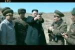 Foto dari siaran berita TV menunjukkan pemimpin Korea Utara Kim Jong-un mencoba pistol saat meninjau sebuah kegiatan latihan militer belum lama ini. Korut terus meningkatkan ancaman dan menyatakan tak bisa lagi menjamin keamanan dan keselamatan perwakilan diplomatik asing di negaranya. (JIBI/SOLOPOS/Reuters)