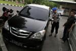 Polisi memeriksa kondisi mobil Daihatsu Xenia dengan nomor polisi B 1085 KFV milik Iman Norman yang menjadi tindak kejahatan perampokan saat identifikasi di Mapolserta Solo, Kamis (11/4/2013). (JIBI/SOLOPOS/Maulana Surya)