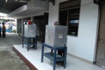 Panitia Pemilihan Kepala Desa (Pilkades) Baturetno, Kecamatan Baturetno, Kabupaten Wonogiri menambah dua bilik untuk mempercepat pencoblosan, Kamis (11/4/2013). (JIBI/SOLOPOS/Ayu Abriyani KP)