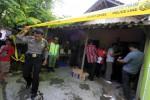 Polisi mengumpulkan keterangan di lokasi kejadian tewasnya Yuliantini, 35 setelah bertengkar dengan suaminya Sukiran, 36 di rumahnya Jagalan RT 02 RW 14 Jebres, Solo, Minggu (21/4/2013). (JIBI/SOLOPOS/Burhan Aris Nugraha)
