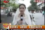 GEMPA BUMI CHINA : Tak Sempat Ganti Baju, Reporter Ini Bertugas Pakai Gaun Pengantin