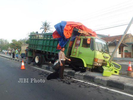Kondisi truk yang mengalami kecelakaan di Jl Solo-Semarang, Selasa (30/4/2013). (JIBI/SOLOPOS/Septhia Ryanthie)