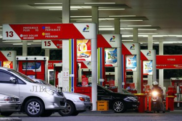 Kendaraan mengisi bahan bakar minyak (BBM) di stasiun pengisian bahan bakar umum (SPBU). (Dok/JIBI/Bisnis Indonesia)