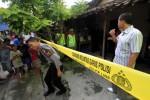 Polisi mengumpulkan keterangan di lokasi kejadian tewasnya Yuliantini, 35 setelah bertengkar dengan suaminya Sukiran, 36 di rumahnya Jagalan RT 02 RW 14 Jebres, Solo, Minggu (21/4/2013). Yuliantini tewas diduga ditendang di bagian tengkuk oleh sang suaminya. (JIBI/SOLOPOS/Burhan Aris Nugraha)