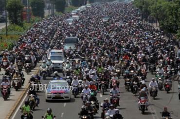 Puluhan ribu umat mengantar jenazah Ustad Jefri Al Buckhori untuk dimakamkan di melintas di Jalan MH Thamrin, Jakarta, Jumat (26/4/2013). Ustad Jefri wafat setelah mengalami kecelakaan sepeda motor dikawasan Pondok Indah dini hari. (JIBI/SOLOPOS/Antar/Reno Esnir)