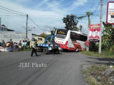 Petugas melakukan evakuasi bus Raya yang menabrak motor milik anggota Kopassus Kandangmenjangan, Jumat (19/4/2013). (JIBI/SOLOPOS/Dian Erika)