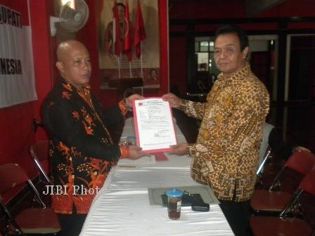 Margito (kanan) saat mendaftarkan diri maju cawabup Karanganyar melalui PDIP, Jumat (19/5/2013). (JIBI/SOLOPOS/Bony Eko Wicaksono)