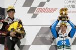 Pembalap Spanyol, Pol Espargaro (kanan) mengangkat trofi setelah menjuarai Moto2 Ser Pembuka di Sirkuit Losail, Qatar, Senin (8/4/2013) dini hari WIB. JIBI/SOLOPOS/Reuters