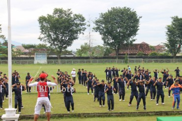 Seorang instruktur senam  memimpin senam yang diikuti pegawai Pemkab Sukoharjo, anggota Kodim 0726/Sukoharjo, anggota Polres Sukoharjo dan wartawan Sukoharjo di Stadion Jombor, Kecamatan Bendosari, Sukoharjo, Jumat (19/4/2013). (Trianto Hery Suryono/JIBI/SOLOPOS)