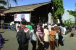 Warga Desa Ngadirojo Kidul, Kecamatan Ngadirojo, Wonogiri antre menggunakan hak pilihnya pada pilkades di Balaidesa Ngadirojo Kidul, Kamis (11/4/2013). Mereka mulai antre pukul 07.00 WIB padahal panitia baru membuka rapat pukul 08.00 WIB. (Trianto Hery Suryono/JIBI/SOLOPOS)