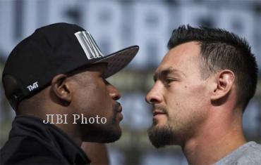 Juara dunia kelas welter WBC, Floyd Mayweather Jr (kiri) berhadapan dengan penantangnya, Robert Guerrero, saat konferensi pers menjelang pertarungan mereka di MGM Grand Hotel & Casino, Las Vegas, Nevada, AS, Rabu (1/5/2013). (JIBI/SOLOPOS/Reuters)