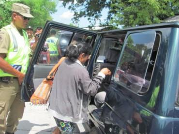 Petugas Satpol PP Klaten menggiring PSK yang dirazia di kompleks Pasar Krumpyung, Kecamatan Cawas, Rabu (1/5/2013). (JIBI/SOLOPOS/Moh Khodiq Duhri)