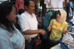 Hadi Prabowo, calon gubernur Jawa Tengah, berbincang dengan seorang pedagang di Pasar Klewer saat berkunjung ke pasar tekstil di Kota Solo tersebut, Jumat (3/5/2013). (JIBI/SOLOPOS/Muhammad Khamdi)