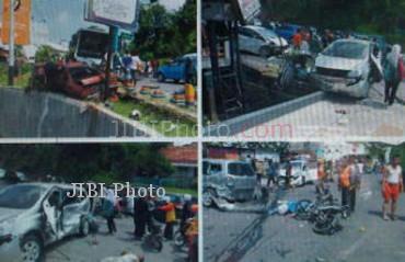 Foto yang beredar melalui broadcast BlackBerry Messenger yang menunjukkan situasi lokasi kecelakaan akibat tabrakan bus PO Nugroho dengan sejumlah kendaraan di Jl dr Wahidin Semarang, Jumat (3/5/2013). (Istimewa)
