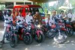 Bupati Sukoharjo yang juga ketua DPC PDIP Sukoharjo, H Wardoyo Wijaya (tengah, berbaju batik) berpose bersama sejumlah kader PDIP setempat yang akan melakukan turing sepeda motor keliling Jawa Tengah untuk mendukung pasangan Cagub-Cawagub yang diusung PDIP dalam Pilgub Jawa Tengah yaitu Ganjar Pranowo-Heru Sudjatmoko, Jumat (3/5/2013). (JIBI/SOLOPOS/Farid Syafrodhi)