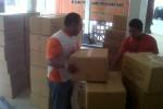 Sejumlah petugas menata kardus berisi logistik untuk Pilgub Jawa Tengah di kantor KPU Sukoharjo, Senin (6/5/2013). (JIBI/SOLOPOS/Farid Syafrodhi)