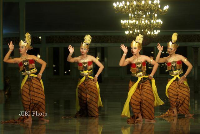 Sejumlah penari dari sanggar tari Soeryo Soemirat menampilkan tari Golek Sukoreno pada pagelaran Mangkunegaran Performing Art 2013 di Pendapa Pura Mangkunegaran Solo, Jumat (10/5/2013) malam. (JIBI/SOLOPOS/Burhan Aris Nugraha)