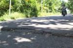 Kerusakan akibat tanah yang labil terlihat di jalan akses Menara Pandang Sangiran, Kalijambe, Sragen, beberapa waktu lalu. Kerusakan jalan di kawasan wisata ini sekarang makin parah sehingga mengganggu aktivitas pariwisata. (JIBI/SOLOPOS/Ponco Suseno)