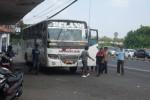 Bus Solo-Jogja tengah menurunkan penumpang di sub terminal Penggung, Klaten, Sabtu (11/5/2013). (JIBI/SOLOPOS/Shoqib Angriawan)