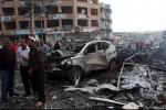 Warga berkerumun di lokasi ledakan bom di pusat Kota Reyhanli, Turki selatan yang berdekatan dengan wilayah perbatasan Suriah, Sabtu (11/5/2013). Dua ledakan bom terjadi di kota yang juga menampung banyak warga pengungsi Suriah itu dan menewaskan setidaknya 43 jiwa. (JIBI/SOLOPOS/Reuters)