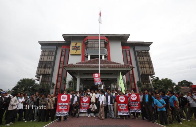 Sejumlah pencatat meteran listrik mendatangi Kantor PLN APJ Solo di Purwosari, Solo, Senin (13/5/2013). Mereka menuntut tunggakan gaji yang belum dibayarkan untuk bulan April dan kekurangan gaji bulan Februari 2013. (JIBI/SOLOPOS/Agoes Rudianto)