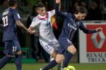 Pemain Olympique Lyon, Yassine Benzia (tengah) mencoba menghentikan Maxwell (kanan) dari Paris St Germain dalam pertandingan Ligue 1 Prancis di Stadion Gerland di Lyon, Minggu (12/5/2013). PSG unggul 1-0 dan sekaligus meraih gelar juara Liga Prancis. (JIBI/SOLOPOS/Reuters)