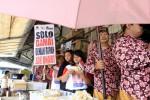 Tim kampanye pasangan Cagub dan Cawagub Ganjar Pranowo-Heru membagikan atribut kampanye berupa stiker dan pin di Pasar Mosojongo, Solo, Rabu (15/5/2013). Kegiatan tersebut merupakan alternatif kampanye simpatik untuk mencari dukungan masyarakat tanpa mengganggu lalu-lintas. (JIBI/SOLOPOS/Maulana Surya)