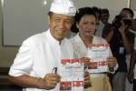 Calon gubernur incumbent Pemilihan Kepala Daerah Bali (Pilkada) 2013, Made Mangku Pastika (kiri) bersama istri, Ayu Pastika (kanan) memperlihatkan surat suara saat menggunakan hak pilihnya pada pemungutan suara Pilkada Bali di Denpasar, Bali, Rabu (15/5/2013). (JIBI/SOLOPOS/Antara)