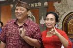 Cagub A.A Ngurah Puspayoga (kiri) bersama istri, Bintang Puspayoga memperlihatkan bukti pemilihan seusai menggunakan hak pilihnya pada pemungutan suara Pilkada Bali di Denpasar, Bali, Rabu (15/5/2013). Sebanyak 6.371 tempat pemungutan suara (TPS) di seluruh Bali disiapkan untuk memilih dua pasangan kandidat yaitu A.A Ngurah Puspayoga-Dewa Nyoman Sukrawan dan Made Mangku Pastika-I Ketut Sudikerta. (JIBI/SOLOPOS/Antara)