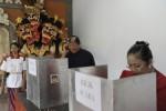 Warga mengikuti proses pemungutan suara di salah satu TPS di Denpasar Bali dalam pemilihasn gubernur Bali, Rabu (15/5/2013). (JIBI/SOLOPOS/Antara)