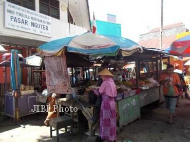 Pedagang dan pembeli bertransaksi jual-beli di bagian depan Pasar Nguter, Minggu (19/5/2013). Pedagang di pasar itu khawatir dengan rencana pemindahan mereka ke lokasi pasar darurat terkait rencana pembangunan pasar tersebut, karena lokasi pasar darurat itu dinilai terlalu jauh dari jalan raya. (JIBI/SOLOPOS/Dian Dewi Purnamasari)