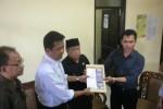 Ketua tim pemenangan Bissa Wilayah Solo Supriyanto (kedua dari kiri) menyerahkan bukti dugaan black campaign ke Ketua Panwaslu Solo Sri Sumanta, Senin (20/5/2013). (JIBI/SOLOPOS/Taufiq Sidik Prakoso)