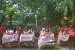 Sejumlah mahasiswa bersiap di atas becak di kawasan Gelora Manahan dalam rangka kampanye simpatik pasangan cagub-cawagub Jateng, Ganjar Pranowo-Heru Sudjatmoko, Selasa (21/5/2013). (JIBI/SOLOPOS/Binti Sholikah)
