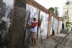 Seorang pekerja sedang memperbaiki salah satu bagian tembok Masjid Agung Keraton Kasunanan Surakarta di Alun-Alun Utara. Perbaikan ini sempat mengundang keberatan di kalangan takmir masjid karena merasa tidak diberitahu oleh Keraton selaku penanggung jawab pembangunan itu. (JIBI/SOLOPOS/Maulana Surya)