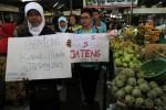 Anggota BEM UNS Solo menggelar aksi bartajuk Yuk Nyoblos, anti Golput dan Cerdas Memilih di Pasar Gede, Solo, Jumat, (24/5/2013). (JIBI/SOLOPOS/Maulana Surya)