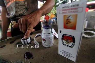 Pemilih mencelupkan jarinya ke tinta sebagai tanda telah memberikan suaranya di TPS 85 Kadipiro, Solo, Minggu (26/5/2013). (JIBI/SOLOPOS/Burhan Aris Nugraha)