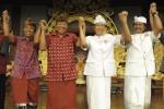 Pasangan calon gubernur-wakil gubernur yaitu pasangan Puspayoga (kedua kiri)-Sukrawan (kiri) dan pasangan Pastika (kedua kanan)-Sudikerta (kanan), bergandengan tangan seusai penandatangan kesepakatan kampanye damai pada Pemilihan Kepala Daerah (Pilkada) Bali di Denpasar, Bali, Minggu (28/4/2013). (JIBI/SOLOPOS/Antara)