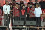 Ketua Umum PDIP Megawati Soekarnoputri saat berkampanye untuk pasangan cagub-cawagub Jawa Tengah, Ganjar Pranowo dan Heru Sudjatmoko di Temanggung, yang disertai pula oleh pasangan cabup-cawabup Temanggung, Bambang Sukarno-Irawan Prasetyadi, belum lama ini. (JIBI/SOLOPOS/Antara)