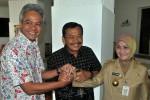 Gubernur Jateng Bibit Waluyo (tengah) berjabat tangan dengan Wagub Jateng Rustriningsih (kanan) dan cagub Jateng nomor urut tiga Ganjar Pranowo (kiri) saat pertemuan di rumah dinas gubernur Jateng, di Semarang, Selasa (28/5/2013). (JIBI/SOLOPOS/Antara)