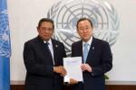 "Presiden Susilo Bambang Yudhoyono saat menyerahkan Agenda Pembangunan PascaMDGs yang berjudul ""The New Global Partnership"" kepada Sekretaris Jenderal PBB Ban Ki-moon di Markas Besar PBB di New York, AS, Kamis (30/5/2013) waktu setempat. (JIBI/SOLOPOS/Reuters)"