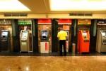 Seorang nasabah sedang menggunakan layanan ATM di sebuah pusat perbelanjaan. Tiga prinsipal kartu anjungan tunai mandiri (ATM) yakni Prima, ATM Bersama dan Alto secara resmi melakukan kerjasama sehingga untuk memudahkan nasabah melakukan transaksi antarbank. (JIBI/Bisnis Indonesia/Dwi Prasetya)